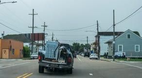 Recogida rota vieja del coche en la carretera en el viejo barrio francés de New Orleans foto de archivo libre de regalías