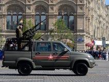 Recogida UAZ-23632-148-64 del ejército con una cabina de cinco-Seat y dos ametralladoras en el desfile en honor del día de la vic Imagen de archivo libre de regalías