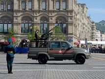 Recogida UAZ-23632-148-64 del ejército con una cabina de cinco-Seat y dos ametralladoras en el desfile en honor del día de la vic Foto de archivo