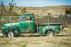 Recogida verde vieja detrás de una cerca de la alambrada imagen de archivo libre de regalías