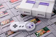 Recogiendo y jugando a juegos del Super Nintendo imagen de archivo libre de regalías