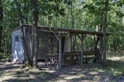 Recoin confortable avec l'abri en bois pour la relaxation d'été avec l'ami dans la forêt verte Image stock