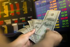 Recoja el banco de dólares El dinero es una inversión empresarial y un mercado de acción global imagenes de archivo