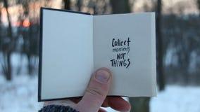 Recoja las cosas de los momentos no Idea del viaje Libro y texto almacen de metraje de vídeo