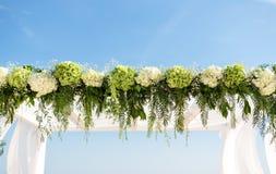 Recoja las flores para el arco de la boda Fotos de archivo