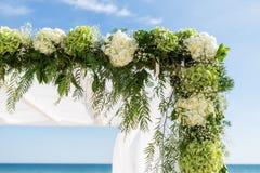 Recoja las flores para el arco de la boda En el fondo del cielo Foto de archivo libre de regalías
