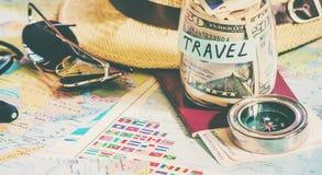 Recoja una maleta en un viaje imagen de archivo