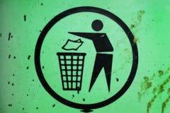 Recolección de basura, gestión de desechos, muestra en el envase de la basura fotos de archivo