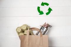 Recolección de basura separada: bolsa de papel, embalaje de huevos y aluminio Imagenes de archivo