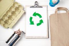 Recolección de basura separada: bolsa de papel, embalaje de huevos y aluminio Fotografía de archivo