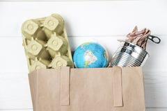 Recolección de basura separada: bolsa de papel, embalaje de huevos y aluminio Foto de archivo libre de regalías