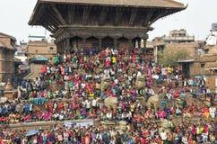 Recolectando en el cuadrado de Katmandu Durbar en el festival, Nepal Foto de archivo