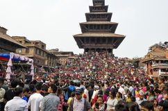 Recolectando en el cuadrado de Katmandu Durbar en el festival, Nepal Foto de archivo libre de regalías