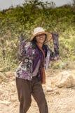 Recolector femenino del carbón de leña cerca de Siem Reap Imagenes de archivo