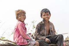 Recolectores jovenes del carbón de leña cerca de Siem Reap Foto de archivo