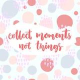 Recolha momentos, não coisas Provérbio inspirado sobre o curso e a vida Vector citações na mão do rosa pastel e do azul tirada Foto de Stock