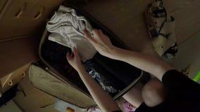 Recolha uma mala de viagem em um timelapse da viagem video estoque