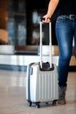 Recolhendo a bagagem no aeroporto Fotografia de Stock Royalty Free