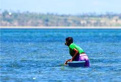 Recolhendo mexilhões com máscara na costa de Moçambique fotos de stock royalty free