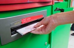 Recolhendo notas do baht tailandês 100 na máquina do ATM Fotos de Stock