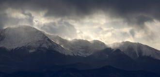 Recolhendo a tempestade sobre o pico dos piques Imagem de Stock Royalty Free
