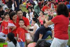 Recolhimento das famílias e dos amigos em Marina Barrage Roof Garden imagem de stock