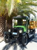 Recolhimento 1926 de Chevrolet sob as palmas foto de stock