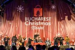 Recolhimento dos povos na cidade do centro de Bucareste do concerto livre do mercado do Natal Imagem de Stock