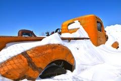 Recolhimento velho enterrado na neve foto de stock