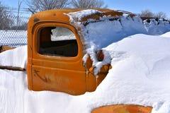 Recolhimento velho enterrado na neve fotos de stock
