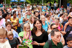 Recolhimentos da multidão à liberação da vista das borboletas no festival do verão foto de stock royalty free