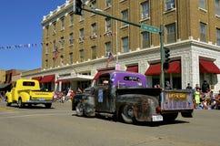 Recolhimentos de Chevrolet e de Chysler em uma parada Imagens de Stock Royalty Free