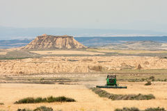 Recolte mécanique dans Bardenas Reales Photo libre de droits