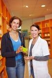 Recomendación de un farmacéutico Foto de archivo libre de regalías