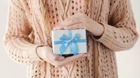 Recompensa azul del varón de la caja de regalo del presente del control de la muchacha almacen de metraje de vídeo