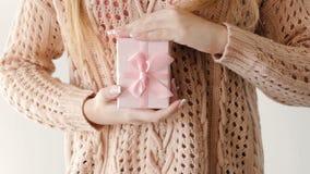 Recompensa de la enhorabuena de la caja de regalo del presente del control de la muchacha metrajes