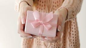 Recompensa de la hembra de la caja de regalo del rosa del presente del control de la muchacha almacen de video