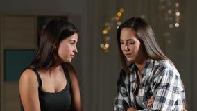 Reconciliação dos amigos que abraça após o argumento filme