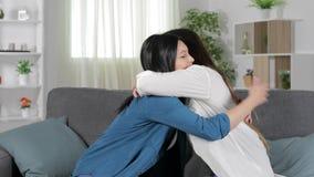 Reconciliação e abraço de dois amigos em casa filme