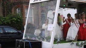Reconstitution historique de concours de beauté de sandwich à Mlle dans le carnaval de rue banque de vidéos