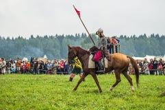 Reconstrução da batalha histórica dos eslavos antigos no quinto festival de clubes históricos no distrito de Zhukovsky de Kalu Fotos de Stock Royalty Free