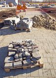 Reconstrução da passagem pedestre Colocação de pavimentar blocos fotografia de stock