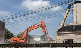 Reconstrução de uma rua da cidade a demolição da construção velha imagem de stock royalty free