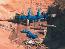 Reconstrução do encanamento principal da fonte de água municipal dentro no subsolo Foto de Stock