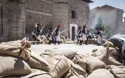 Reconstrução do exército de Napoleão Ataque de Napoleão da tropa foto de stock
