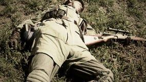 Reconstrucción de la Segunda Guerra Mundial, cuerpo del soldado muerto en la tierra Soviet, alemán almacen de video