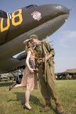 Reconstrucción del beso de los años 40 del soldado de los E.E.U.U. Imagen de archivo