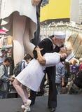 Reconstrucción del beso histórico en Times Square Foto de archivo libre de regalías
