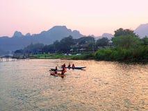 reconstrucción El kayaking turístico y tubería a lo largo del río Foto de archivo libre de regalías
