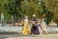 Reconstrucción histórica del castillo de Slavkov-Austerlitz Las damas y caballeros en trajes históricos de la época de Napoleon B foto de archivo